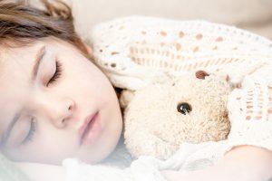 ילדה מחבקת דובי