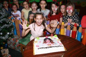 ילדה חוגגת יום הולדת