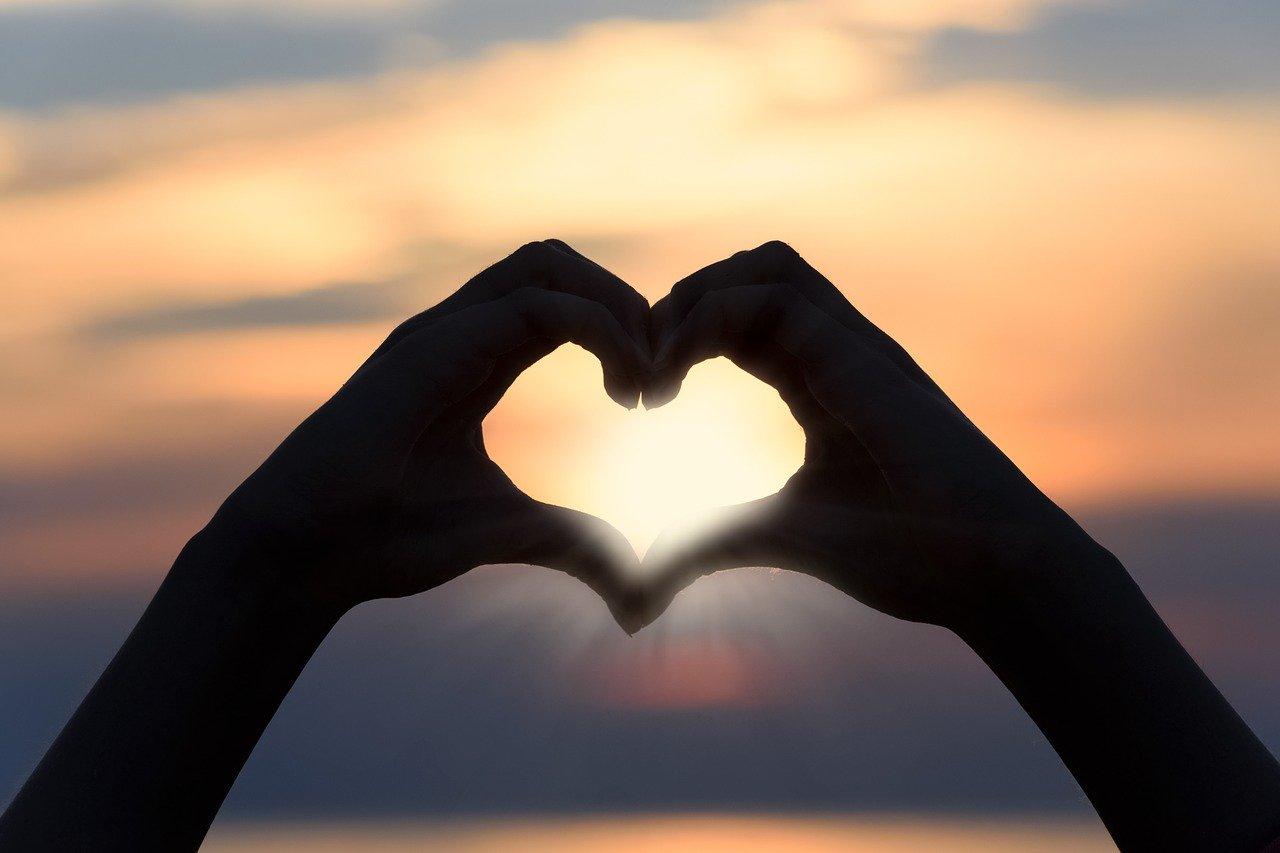 סמל לב עם הידיים
