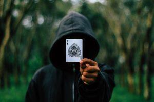 קוסם עם קלף ביד